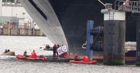 Ακτιβιστές για το περιβάλλον εμπόδισαν τον απόπλου κρουαζιερόπλοιου από το λιμάνι Κιέλου