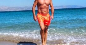 Έλληνας ηθοποιός, 57 ετών, με κοιλιακούς... φέτες!