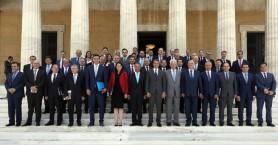 Η οικογενειακή φωτογραφία της νέας κυβέρνησης στο περιστύλιο της Βουλής