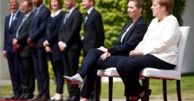 Η Μέρκελ καλωσόρισε καθιστή την πρωθυπουργό της Δανίας μετά τα επεισόδια