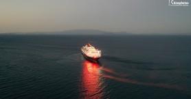 Με φωτοβολίδες και πυροτεχνήματα ο χαιρετισμός του Νήσος Σάμος στο λιμάνι της Χίου