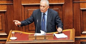 Η στιγμή που σύσσωμη η βουλή χειροκρότησε τον Μανώλη Σκουλάκη (βιντεο)