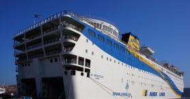 """383 ναυτικοί εγκλωβισμένοι στο """"Ελευθέριος Βενιζέλος"""" ανοικτά του Πειραιά"""