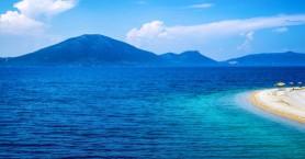 Η παραλία που «παντρεύει» το πράσινο των πεύκων με το γαλάζιο της θάλασσας