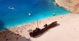 Παραλίες και όρμοι στην Ελλάδα που έγιναν διάσημοι από ένα ναυάγιο