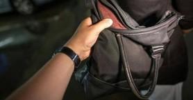 Του άρπαξε την τσάντα με πάνω από 1500 ευρώ μέσα - Τη συνέλαβαν μέσα σε λίγες ώρες