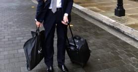 Μέλος της Βουλής των Λόρδων πήγε στη συνεδρίαση με το πάπλωμα και τα ξυριστικά του