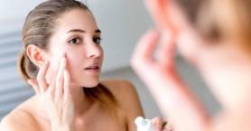 Πώς θα αποκτήσετε λαμπερό δέρμα χωρίς γυαλάδες