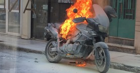 Ηράκλειο: Μηχανή πήρε φωτιά μπροστά στα μάτια του ιδιοκτήτη της (φωτο+βιντεο)