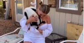 Μοντέλο του Playboy εξοργίζει τους φιλόζωους για τα παιχνίδια της με ζώα (Βίντεο)