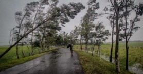 Iνδία: Ο κυκλώνας Μπουλμπούλ σαρώνει τις ακτές
