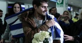 Στην Ελλάδα και τυλιγμένος με την ελληνική σημαία ο 20χρονος ναυτικός που απήχθη στο Τόγκο