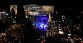 Φωταγωγήθηκε το χριστουγεννιάτικο δέντρο στην πλατεία Συντάγματος