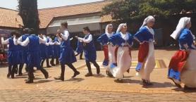 Αφρικανοί μαθητές χορεύουν κρητικά και εντυπωσιάζουν (βιντεο)