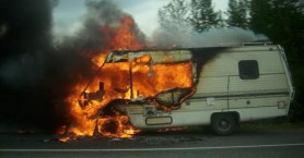 Τροχόσπιτο τυλίχτηκε στις φλόγες