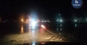 Αυτοκίνητο παρασύρθηκε από ποτάμι (φωτο)