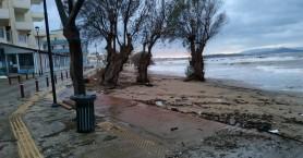 Γέμισε η παραλία της νέας χώρας από φερτά υλικά που παρέσυραν τα κύματα (φωτο)