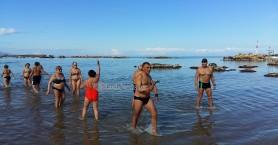 Με βουτιά στα παγωμένα νερά έκοψαν την πίτα τους οι χειμερινοί κολυμβητές στη Νέα Χώρα