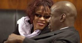 Whitney Houston: Τη βρήκαν στην μπανιέρα με εγκαύματα, περούκα και προσθετικά δόντια