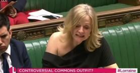 Βρετανή βουλευτής φόρεσε φόρεμα που άφηνε τον ώμο της ακάλυπτο και δέχτηκε ποταμό ύβρεων