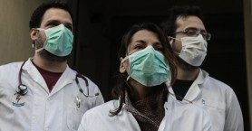 Έφτιαξε 600 χειρουργικές μάσκες και τις πρόσφερε στο νοσοκομείο