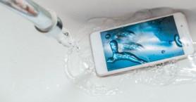 11 βήματα για να στεγνώσετε το κινητό σας που έπεσε στο νερό