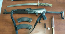 Ηράκλειο: Είχε ...καλάσνικοφ και ναρκωτικά στο σπίτι του