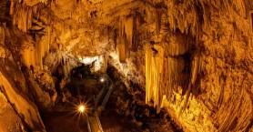 Το σπήλαιο της Αντιπάρου είναι ένα από τα ομορφότερα και αρχαιότερα στον κόσμο