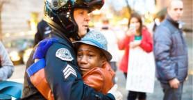 Οργή για τον Τζορτ Φλόιντ: Πληθαίνουν οι αστυνομικοί που «αγκαλιάζουν» τους διαδηλωτές