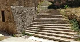 Αλλάζει όψη η πέτρινη σκάλα δίπλα στο ΚΑΜ στα Χανιά