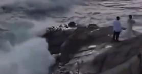 Βίντεο με ζευγάρι: Έβγαζαν φωτογραφία και κόντεψαν να πνιγούν στη θάλασσα