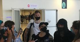 Θερμή υποδοχή των πρώτων τουριστών στα Χανιά από…. δημοσιογράφους και μόνο!