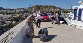 Κάτοικοι καθάρισαν το λιμάνι του Πλατανιά (φωτο)