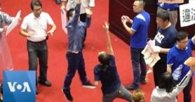 Μπουνιές και μπαλόνια με νερό στο κοινοβούλιο της Ταϊβάν: Φόρεσαν αδιάβροχα οι βουλευτές