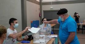 Εκλογές με μάσκες και αντισηπτικά στην Ισπανία