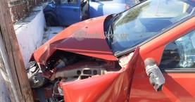 Σύγκρουση δύο αυτοκινήτων στα Χανιά - Το ένα κατέληξε σε μαντρότοιχο σπιτιού (φωτο)