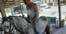 Χανιά: Μπήκε σε καφετέρια να παραγγείλει με άλογο-Διάσημη ηθοποιός τον φωτογράφιζε! (φωτο)