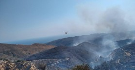 Σε εξέλιξη η φωτιά στο Σέλινο - Ολονύχτια μάχη έδωσαν οι πυροσβέστες