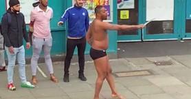 Βγήκε φορώντας μόνο το εσώρουχό του και κρατώντας σπαθί σε δρόμο στο Λονδίνο