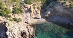 Η ανεξερεύνητη παραλία της Αττικής με το παράξενο όνομα