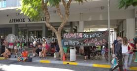 Δημαρχείο Χανίων: Διαμαρτύρονται για την εκκένωση της κατάληψης της Rosa Nera (φωτο)