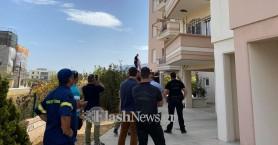 Η γυναίκα που απειλούσε να κάψει το σπίτι της,τώρα απειλεί να πέσει από το μπαλκόνι (φωτο)