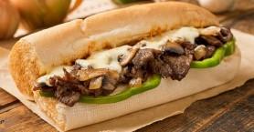 Σάντουιτς με μοσχαρίσιο κρέας και λιωμένο τυρί