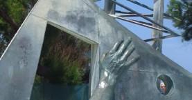"""Γυμνή φωτογράφιση στο μνημείο του ναυαγίου """"Ηράκλειον"""" στα Χανιά (φωτο)"""