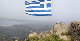 Ωραία κίνηση! Ανέβασαν την ελληνική σημαία στην ψηλότερη κορυφή της Κισάμου (φωτο)