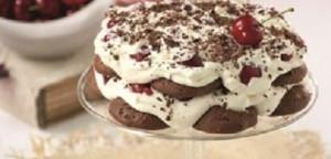 Τούρτα με σοκολατένια cookies, κρέμα και κεράσια