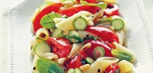 Σαλάτα με πένες, κολοκυθάκια και κουκουνάρι