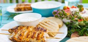 Ζουμερά σουβλάκια κοτόπουλου με σως γιαουρτιού