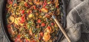 Χόρτα της λαϊκής, μελωμένα στον φούρνο με σάλτσα ντομάτας και σταφίδες
