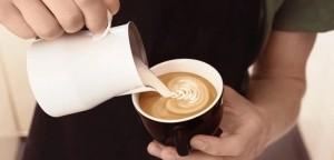 Ο πανεύκολος τρόπος να φτιάξεις αφρόγαλα για τον καφέ σου
